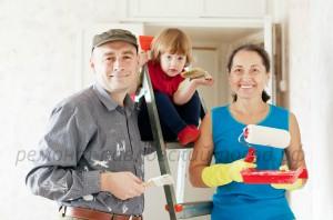 семья делает ремонт в квартире
