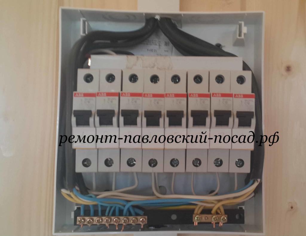 электрический щит с восьмью автоматами авв