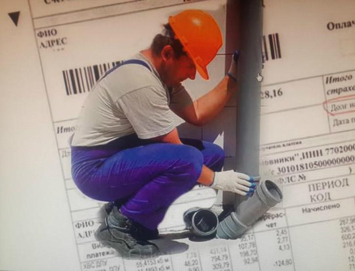 сантехник ремонтирует канализацию