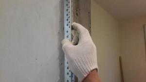 установка уголка на дверной косяк