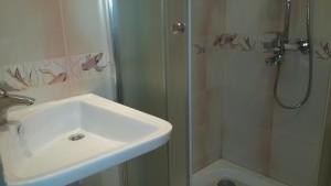 раковина и душевая кабина в ванной комнате