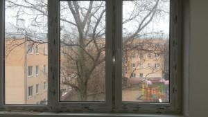 пластиковое окно в комнате