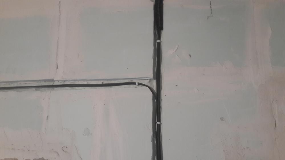провод в стене
