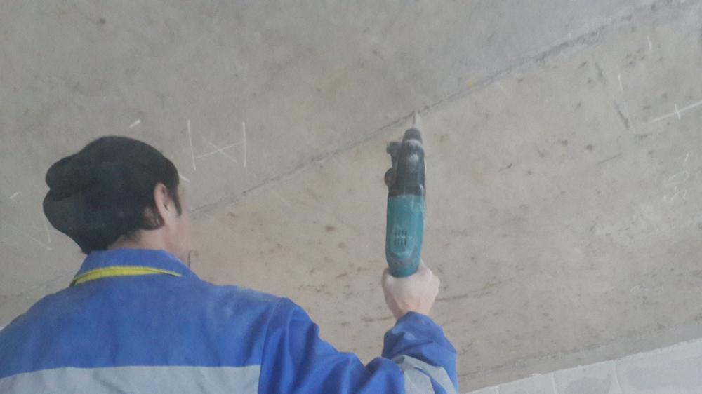 сверление отверстий в потолке