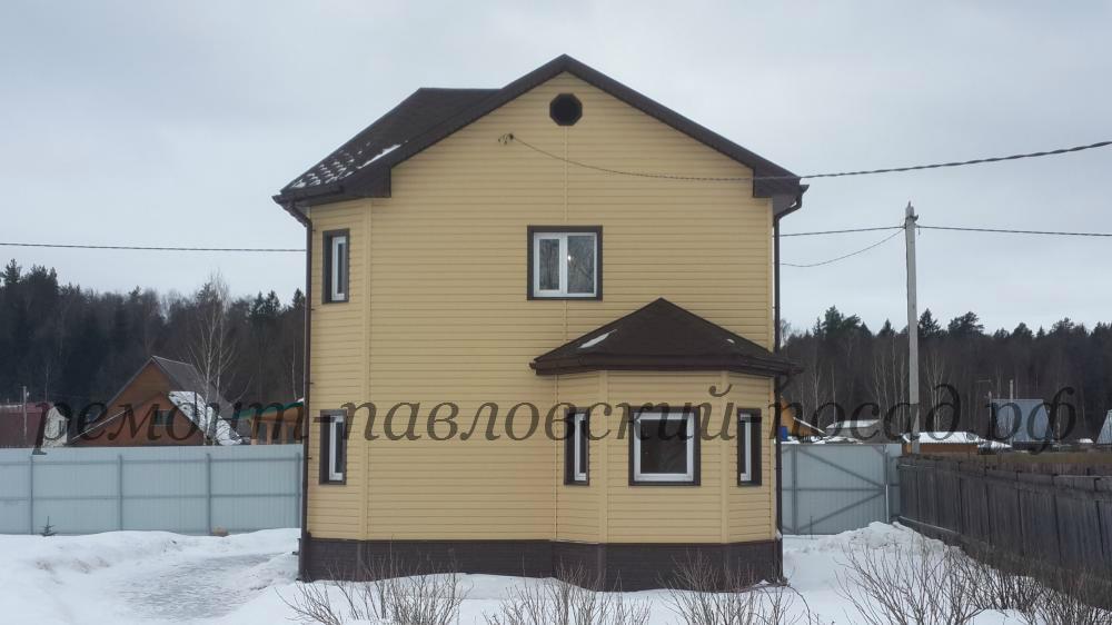 двух этажный дом оббитый сайдингом