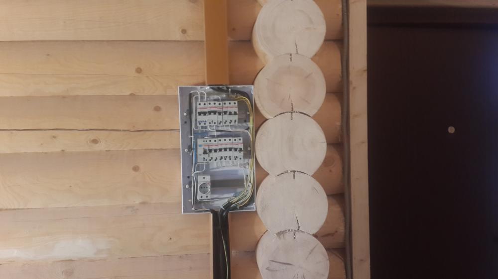 электрический щит в бревенчатом доме
