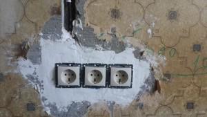 электрические розетки в стене