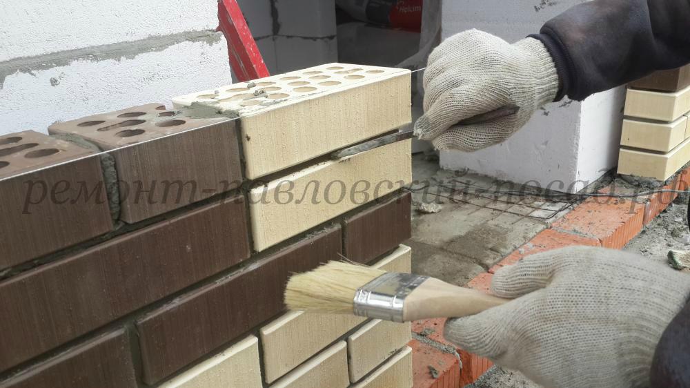 расшивка кирпичной кладки каменщиком