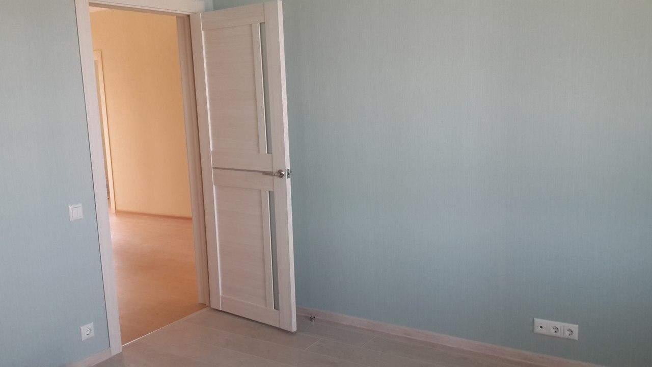 установленная дверь в комнате