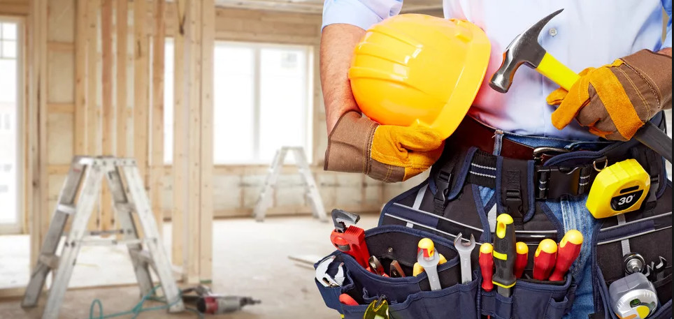 строитель с инструментом