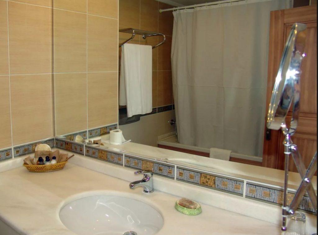 зеркало в ванной комнате