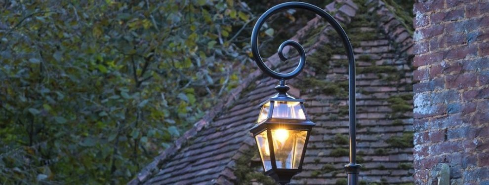 светильник на дачном участке