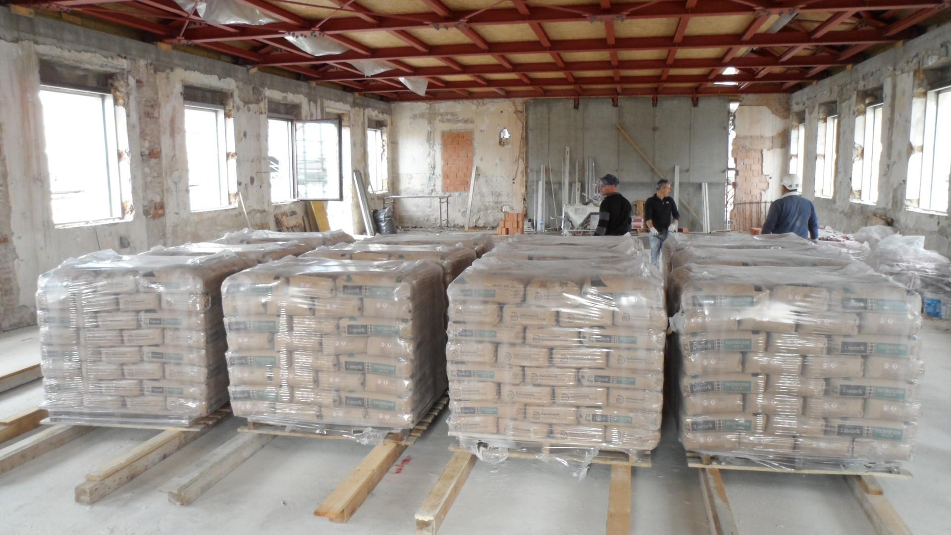 цемент в полиэтиленовой упаковке