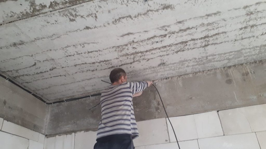 монтаж проводки в доме из пеноблока
