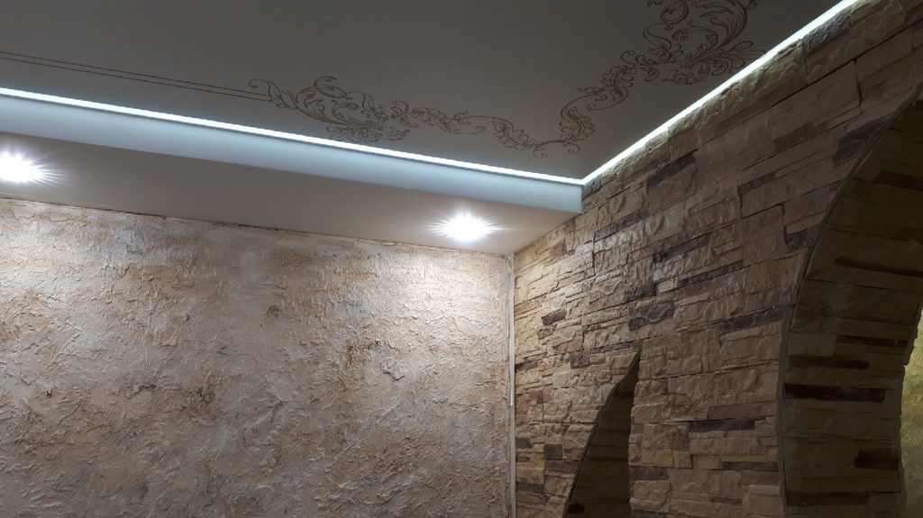 монтаж освещения в гостинной